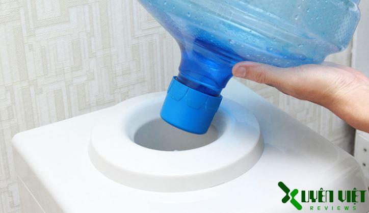 vệ sinh cây nước nóng lạnh